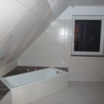 Alle Wandfliesen dran im Bad im OG und Abmauerung ist fertig gefliest