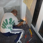 Ich flexe etwas Wand weg, damit die Sockelleiste die öffnende Tür nicht behindert