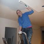 Maike am Streichen der Trockenbaukonstruktion im Wohnzimmer