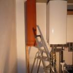 Wäscheschacht ist installiert und an der Wand verschraubt