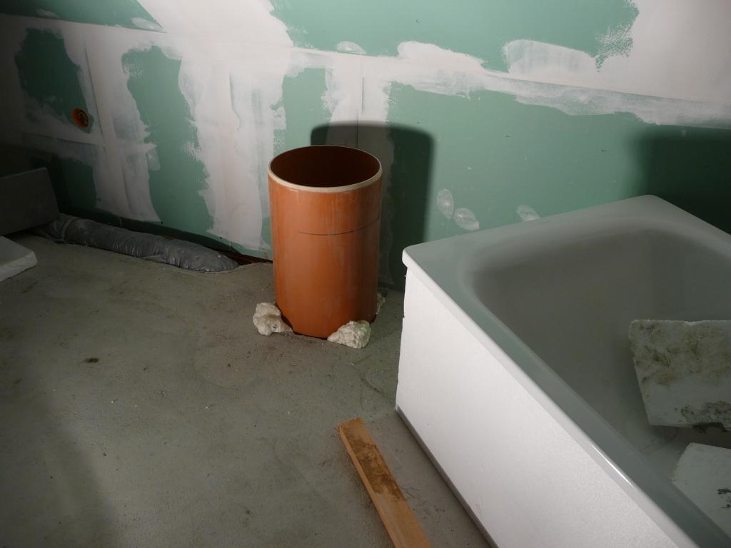 Wäscheschacht ist installiert, Bauschaum macht den Rest