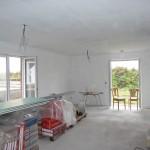 Das Wohnzimmer ist mit einer ersten Lage nun weiß