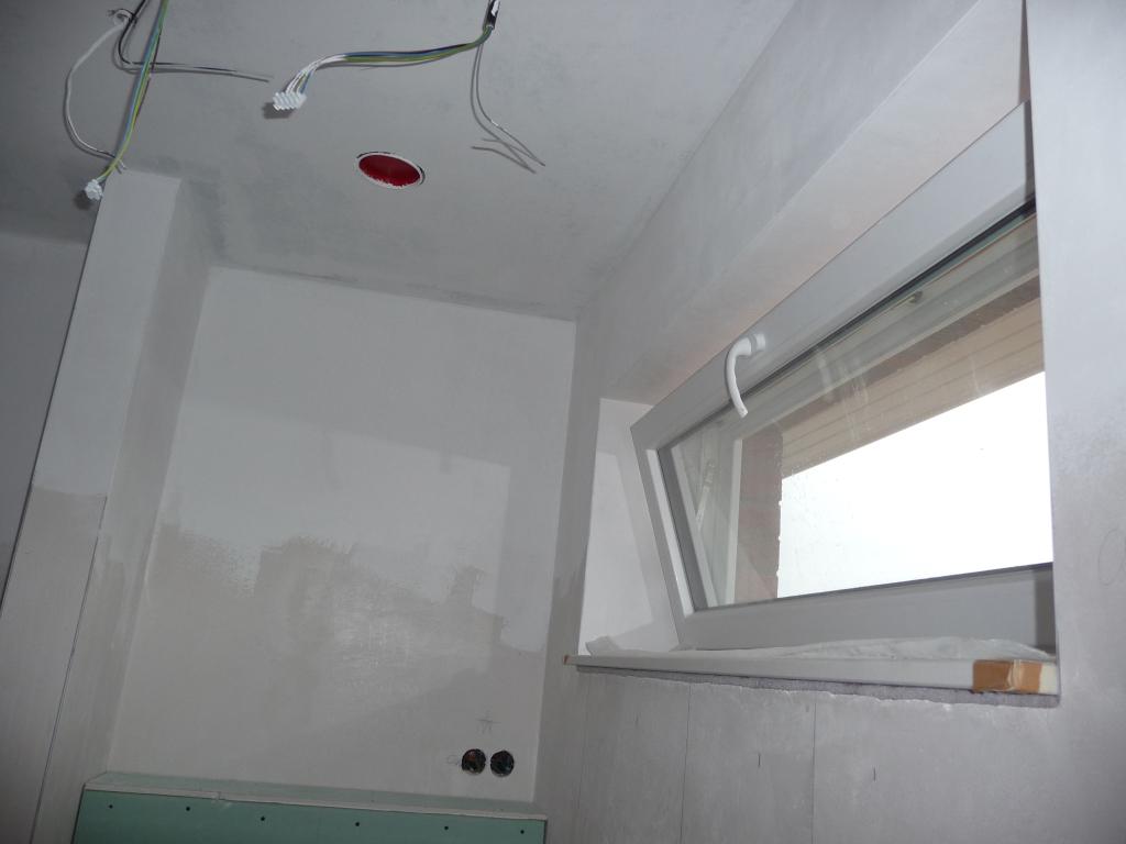 Das Gäste-WC ist mit einer ersten Lage nun weiß