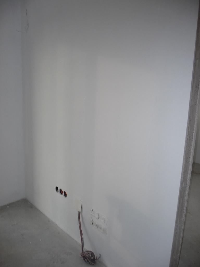 Alles ist weiß und sieht langsam wie ein Wohnraum aus