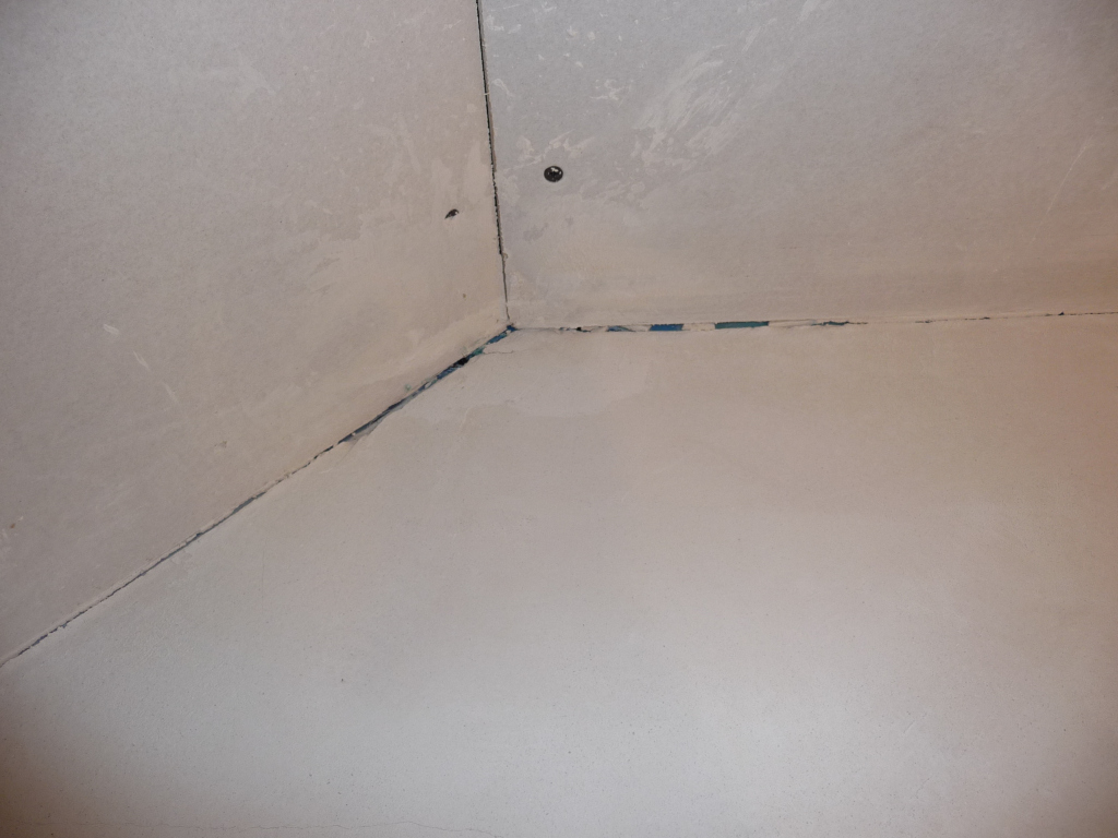 Schlamperei der Putzer im Kinderzimmer, hier muss nachgebessert werden