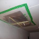 Mangelhaft zugeklebte Dachlukendämmung, sofort triefte es und wir mussten es mit SIGA wieder selbst zumachen - Idioten!