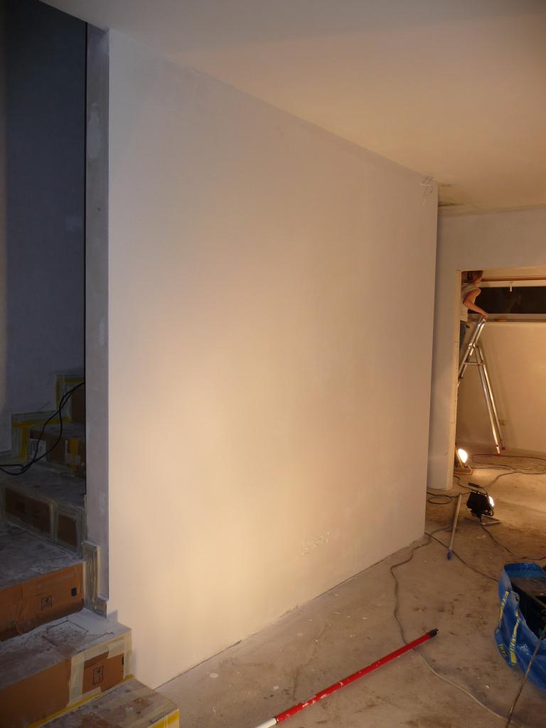 Die erste Wand hat den finalen weißen Anstrich bekommen