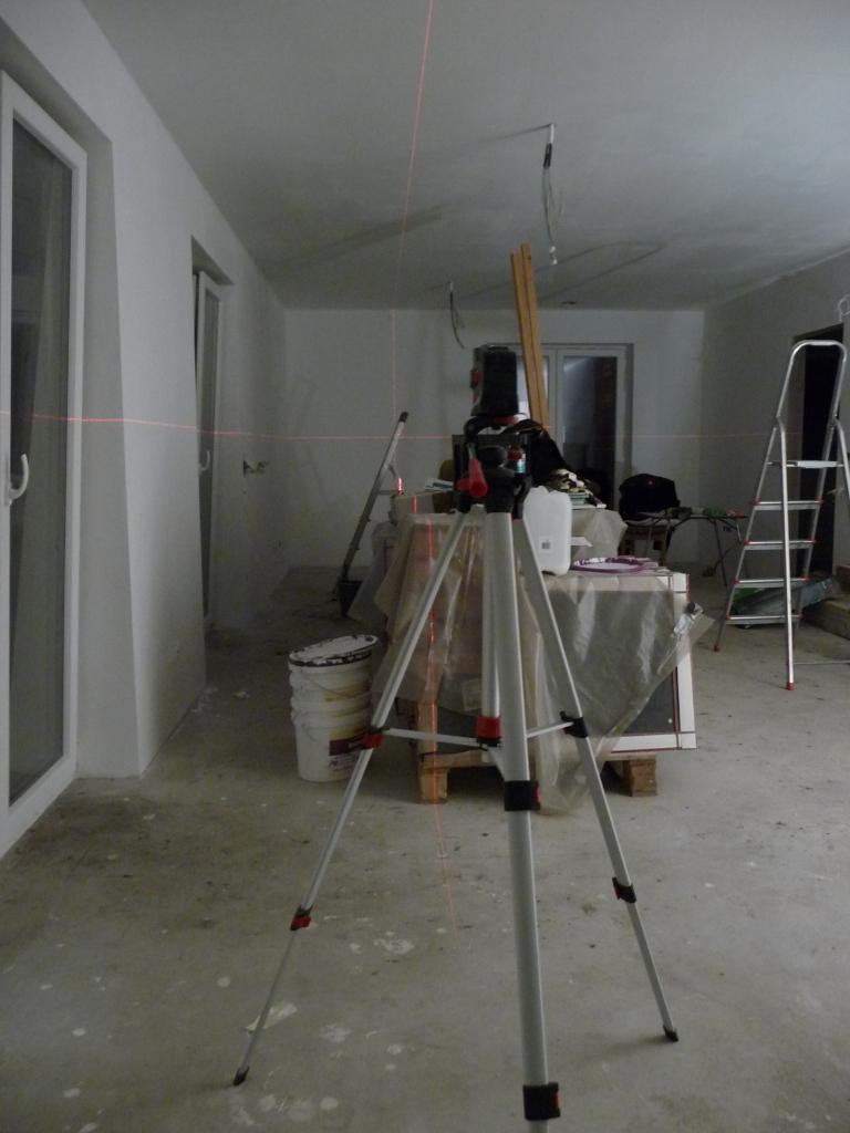 Mit dem Kreuzlaser werden die später folgenden Deckenkonstruktion in einer Flucht eingemessen
