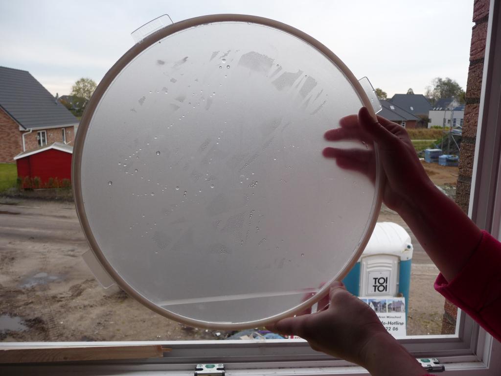 Stehendes Wasser in der Zwischenwand des Tageslichtspots im Glas