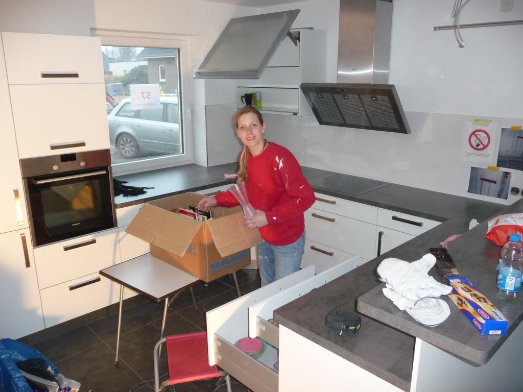 Maike räumt schonmal die ersten Teile in der Küche ein