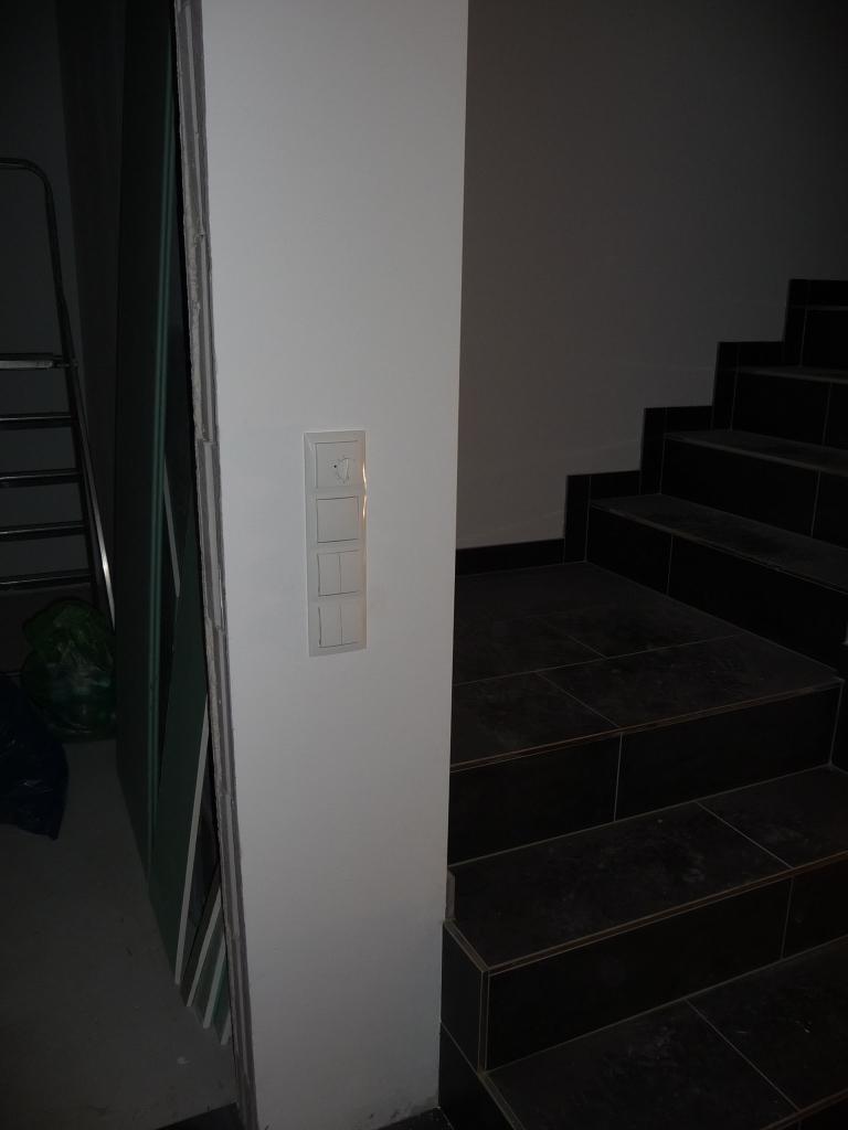 Schalter, Steckdosen und Strom überall