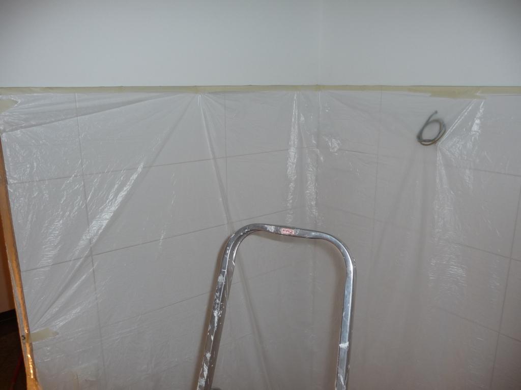Perfekt abgehängtes Bad zum Schleifen, spachteln und malen