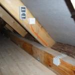 Strom, Licht und Netzwerk auf dem Dachboden