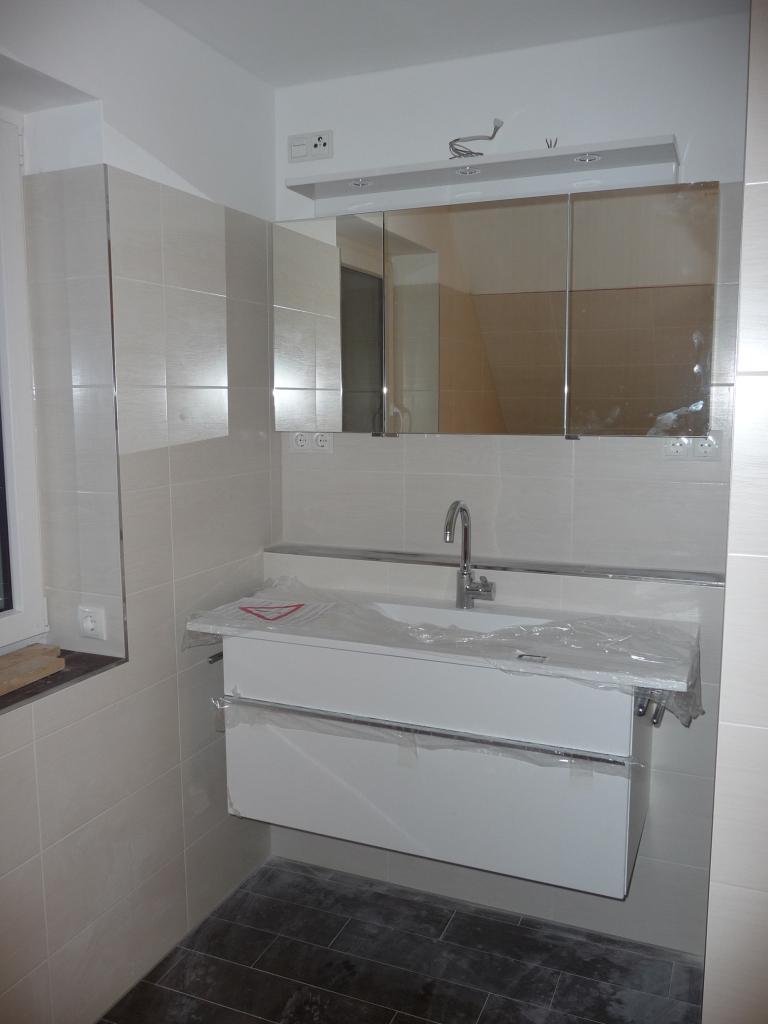 Waschtisch und Spiegelschrank