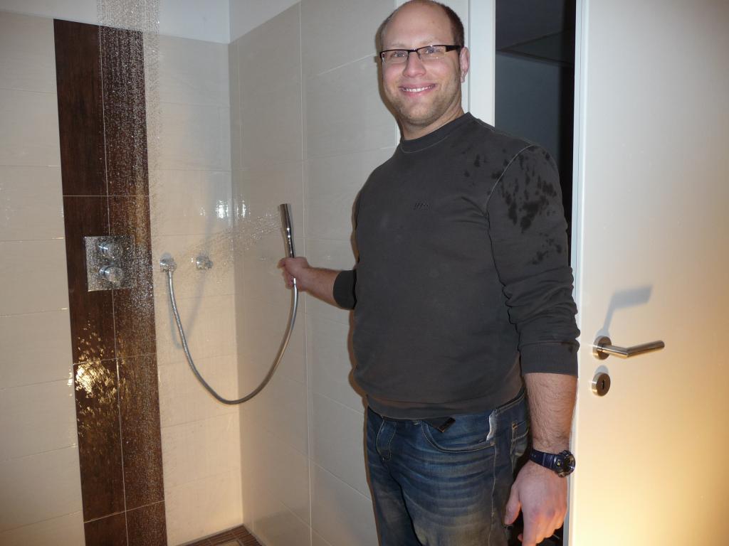 Die Dusche geht, aber leider noch mit Mischerdefekt - ja, es gab ne Wasserschlacht