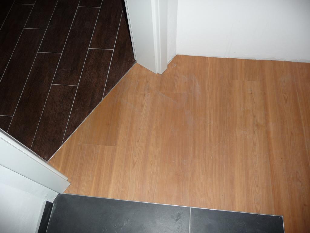 Links Bad, rechts Designbelag, unten Treppe, passt alles perfekt zusammen
