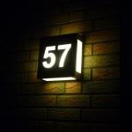 LED-Beleuchtete Hausnummer bei Nacht
