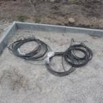 Kabel liegen im Inneren der Auffahrt